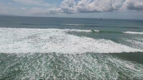Volo più di grandi onde in oceano, mare video d archivio