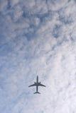 volo piano in un cielo nuvoloso Immagine Stock Libera da Diritti