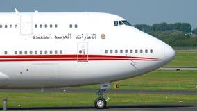 Volo reale Boeing 747 degli Emirati Arabi Uniti che rulla video d archivio