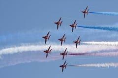 Volo rosso di formazione delle frecce fotografie stock