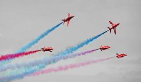 Volo rosso di formazione delle frecce Fotografia Stock