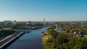 Volo sopra il fiume nella città archivi video