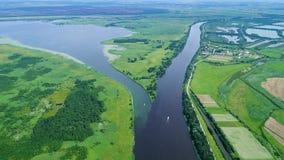 Volo sopra il fiume in prati archivi video