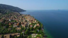Volo sopra il lago garda in Italia del Nord archivi video