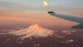 Volo sopra il monte Rainier fotografie stock