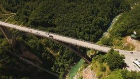 Volo sopra il ponte di Djurdjevica attraverso Tara River Canyon montenegro stock footage