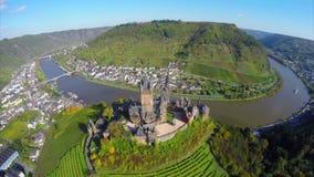 Volo sopra il vecchio castello di secolo, piccole colline della vite del fiume del villaggio stock footage