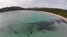 Volo sopra la baia del mare con i surfisti in Francia, Corsica, spiaggia di Santa Giulia Siluetta dell'uomo Cowering di affari video d archivio