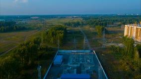 Volo sopra la centrale elettrica stock footage