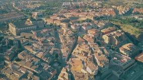 Volo sopra la città dei tetti di Toledo verso Plaza de Toros o arena, Spagna stock footage