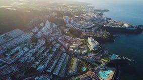 Volo sopra la città di Los Gigantes a Tenerife archivi video