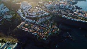 Volo sopra la città di Los Gigantes a Tenerife video d archivio