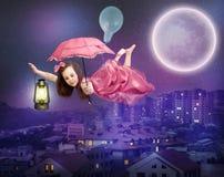 Volo sopra la città di notte fotografia stock libera da diritti