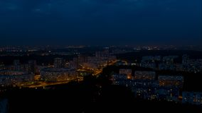 Volo sopra la città di notte archivi video