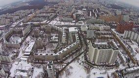 Volo sopra la città nell'inverno stock footage
