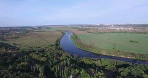 Volo sopra la foresta di estate ed il fiume nel tempo di giorno, Russia, Semiluki stock footage