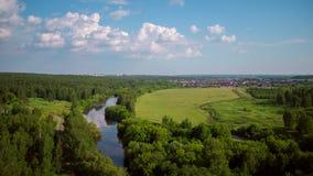 Volo sopra la foresta, il fiume e le aree di ricreazione archivi video