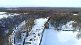 Volo sopra la fortezza di Koporye Video aereo di giorno di febbraio Koporye, Russia stock footage