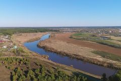 Volo sopra la molla in anticipo verde dei campi, della foresta, del fiume e del villaggio, foto aerea di vista panoramica Immagini Stock