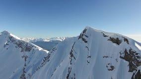 Volo sopra la montagna della neve in Soci video d archivio