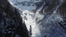 Volo sopra la montagna della neve in Soci stock footage