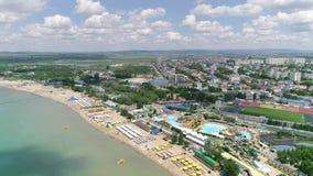 Volo sopra la spiaggia della località di soggiorno Ombre dalle nuvole sull'acqua archivi video