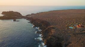 Volo sopra la spiaggia a Tenerife stock footage
