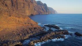 Volo sopra la spiaggia a Tenerife archivi video