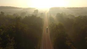Volo sopra la strada ad alba video d archivio