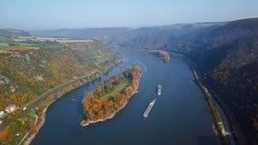 Volo sopra la valle del Reno vicino a Bacharach archivi video