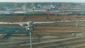 Volo sopra le ferrovie russe Deposito di treno con i treni Mosca aerea dalle piste del treno sulla ferrovia archivi video