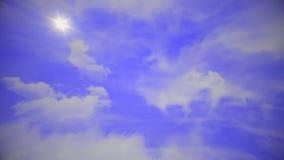 Volo sopra le nuvole, animazione ciclo-capace Bello cielo con le nubi stock footage