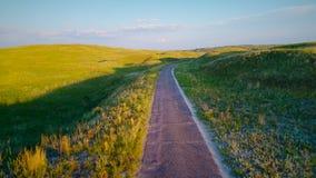 Volo sopra un'una strada remota stretta del vicolo nel Nebraska Sandhill archivi video