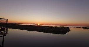 Volo sparato sopra l'acqua durante l'alba video d archivio