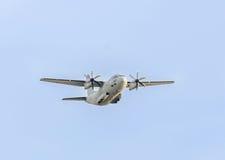 Volo spartano nel cielo blu, aereo, alto isolato e vicino dell'aeroplano C-27-J Immagine Stock Libera da Diritti