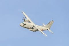 Volo spartano nel cielo blu, aereo, alto isolato e vicino dell'aeroplano C-27-J Immagine Stock