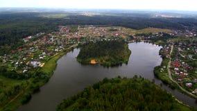 Volo su sopra il fiume, il paesaggio aereo, il piccolo fiume, gli alberi ed i campi video d archivio