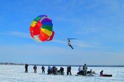 Volo su un paracadute fotografia stock libera da diritti