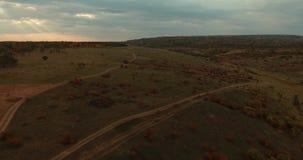 Volo sul fuco sopra le belle colline di autunno I raggi di Sun attraversano le nuvole pesanti video d archivio