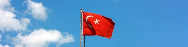 Volo turco della bandierina nel vento, con cielo blu Fotografie Stock Libere da Diritti