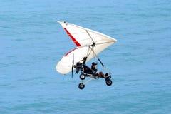 Volo Ultralight sopra l'oceano immagine stock libera da diritti