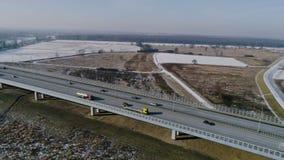 Volo veloce sopra la strada principale, vista aerea video d archivio