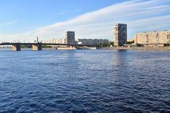Volodarsky桥梁和Oktyabrskaya堤防 库存图片