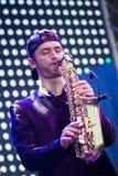 Volodymyr Lebedyev, саксофон, рок-группа Arsen Mirzoyan, живет на отверстии фонтана Roshen, Vinnytsia, Украины, редакционного фот Стоковые Фотографии RF