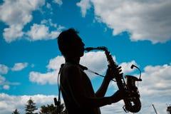 Volodymyr Lebedyev bawić się saksofon, Arsenu Mirzoyan zespół rockowy, żyje koncert w Pobuzke, Ukraina, 15 07 2017, redakcyjna fo Obrazy Royalty Free