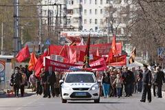 """Vologda, †de RÚSSIA """"o 1º de maio: Demonstração e povos do primeiro de maio na rua em Vologda o 1º de maio de 2014, em Vologda Fotos de Stock"""