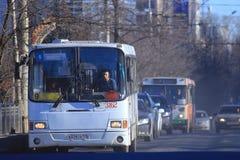 """Vologda, †de RUSIA """"10 de marzo: autobuses del transporte público el 10 de marzo de 2014 Imágenes de archivo libres de regalías"""