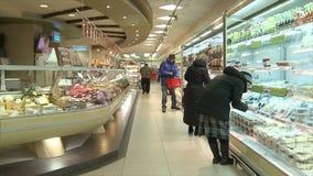 Vologda Россия 20-ое февраля Люди в супермаркете идут ходить по магазинам редакционо видеоматериал