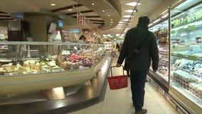 Vologda Россия 20-ое февраля Люди в супермаркете идут ходить по магазинам редакционо сток-видео
