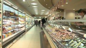 Vologda Россия 20-ое февраля Люди в супермаркете идут ходить по магазинам редакционо акции видеоматериалы